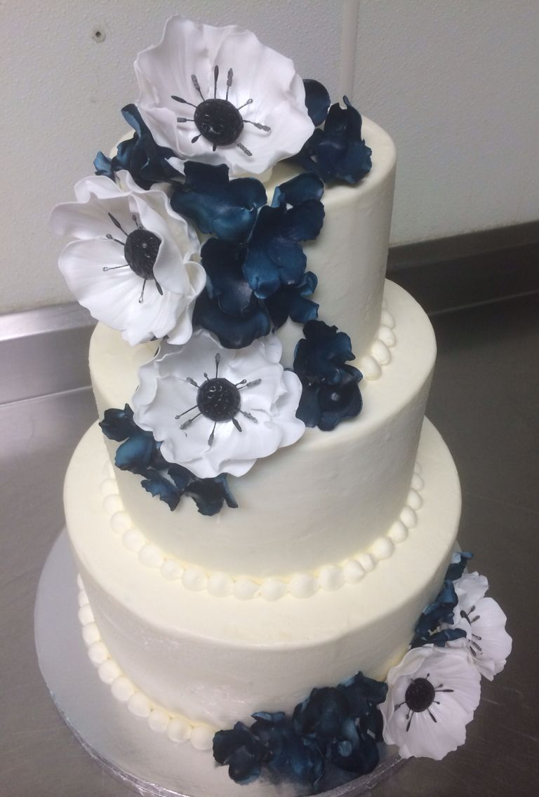 Buttercream wedding cake with sugar flowers in navy wedding cakes