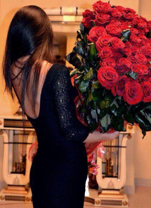 Sonar con vestido de novia con rosas rojas
