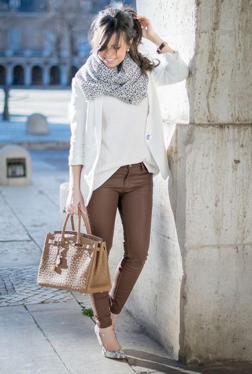 Conjunto cardigan blanco, jersey blanco, pantalones marrones