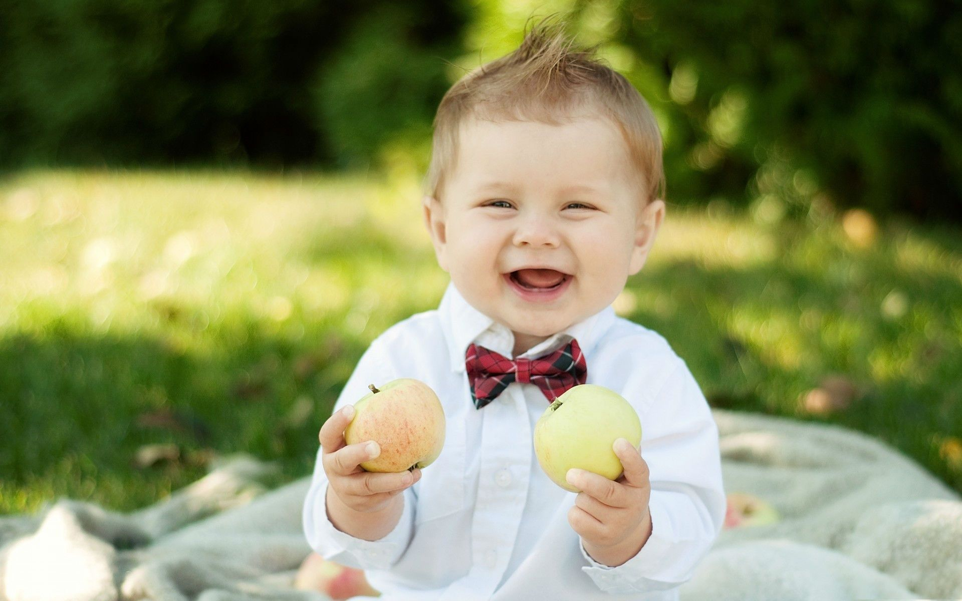 Nice smiley baby holding apple Cute baby wallpaper