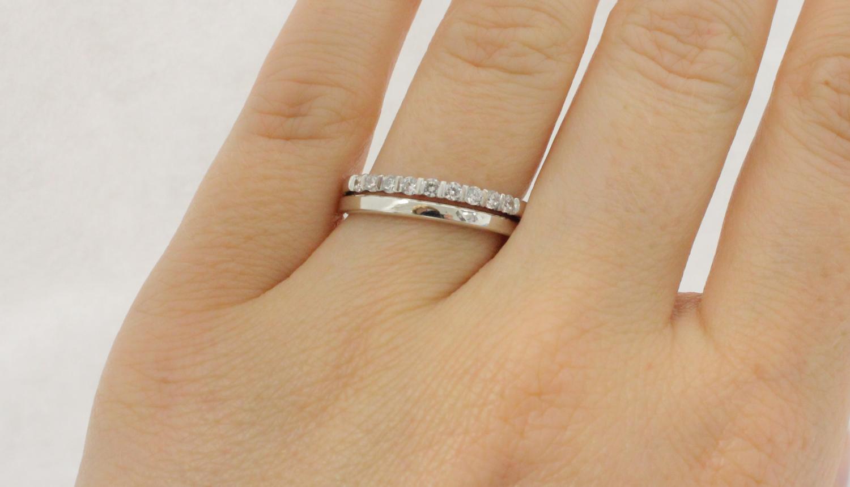 Ringe in Kombination: Ein klassischer Weißgoldring wird mit einem