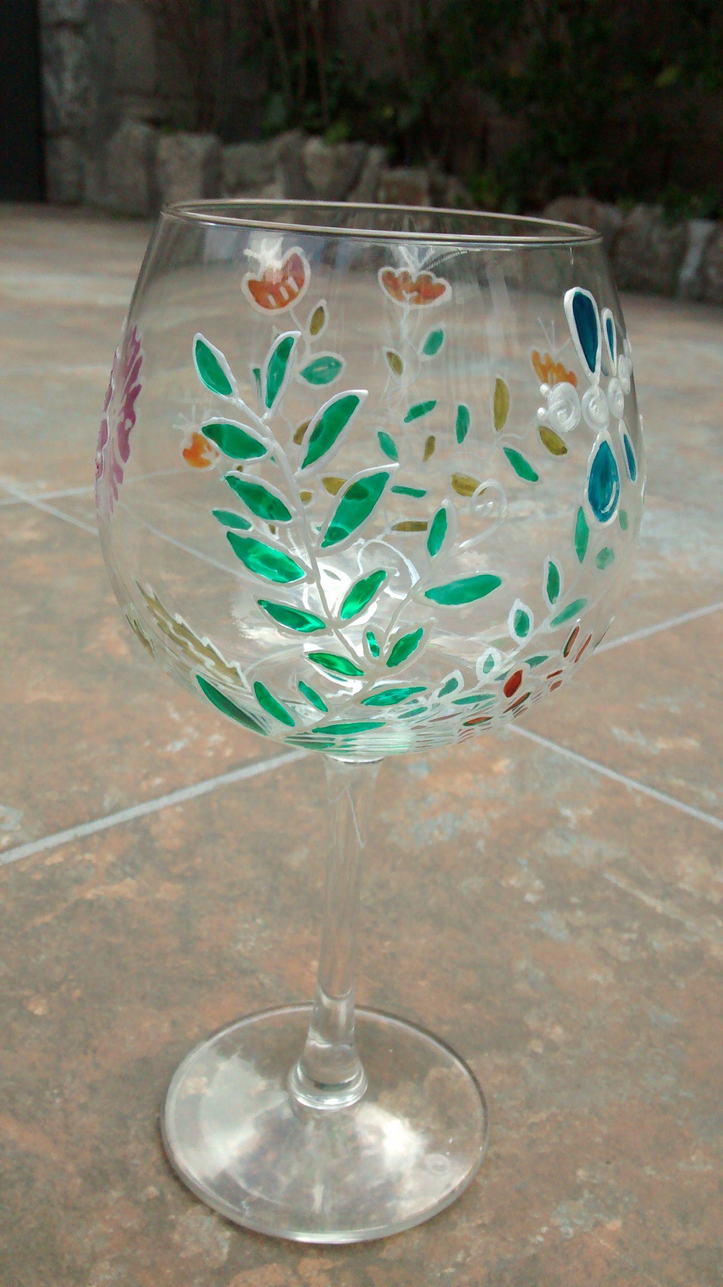 Copa con relieve pintada a mano con pinturas pebeo vitrea for Copas decoradas a mano