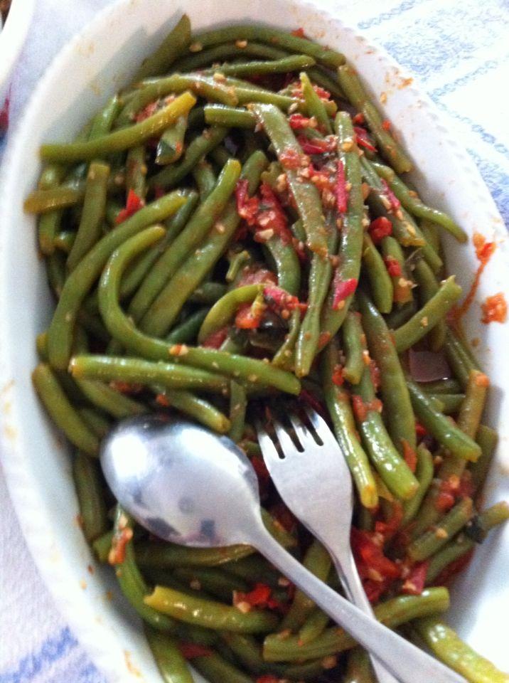 Fagiolini, con salsa di pomodoro daterini, e peperoncini