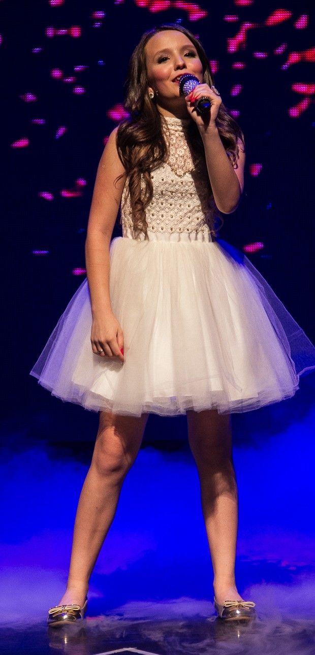 Larissa Manoela Fazendo um show no palco Ela estava muito feliz Ela estava  em SP 8f7a0a9b04