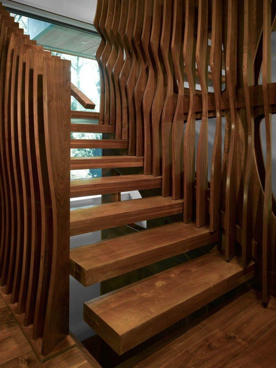 las formas curvas que le dan contraste a esta escalera son obra y gracia del plano