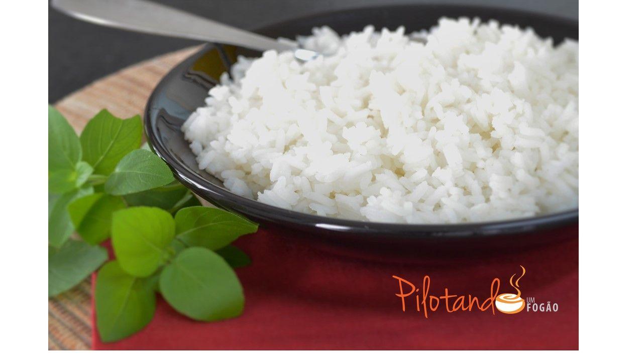 Como cozinhar arroz? Você sabe? Sempre dá certo? Tem algum truque? Pois esse post mostra a maneira mais fácil de cozinhar o arroz, sem erros e gordura!