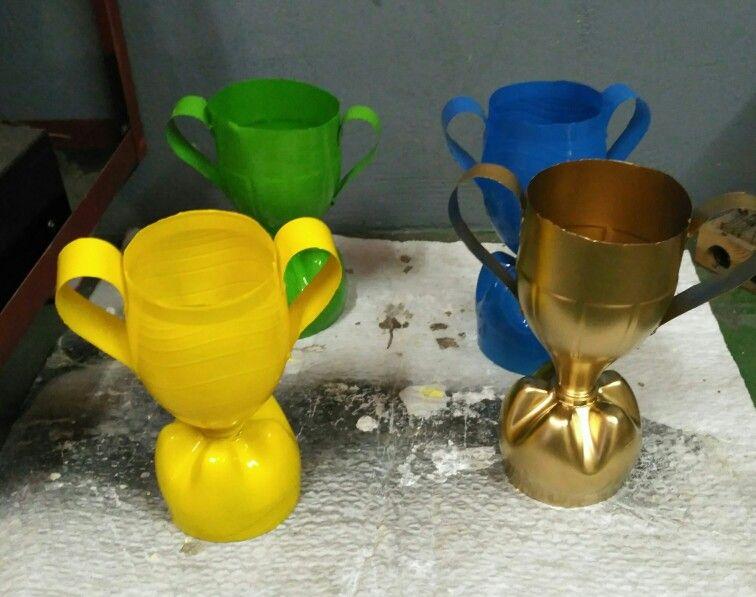 Copas con botellas de pl stico ay e pinterest de for Ideas para colgar medallas