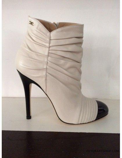 scarpe con la punta in un contrasto