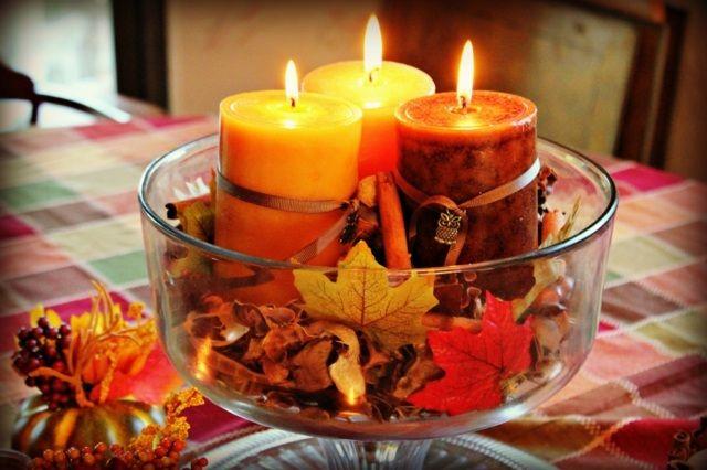 Ein Herzstück Aus Einer Schale Mit Kerzen Und Bunten Laubblättern
