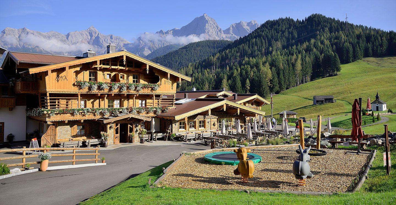 Sie wohnen mit einer atemberaubenden Aussicht auf die Bergwelt vom Hochkönig im schönen Salzburger Land. Die gemütlichen Zimmer sind mit Altholz und natürlichen Materialien eingerichtet und vermitteln das Alm Gefühl.