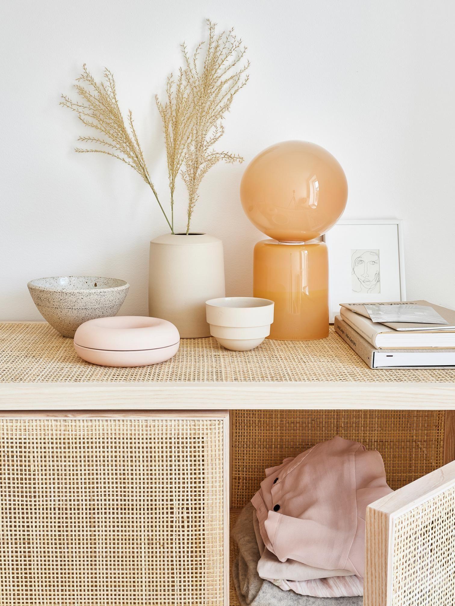 Dit appartement krijgt een lieflijke sfeer door oudroze en beige #autumncolours