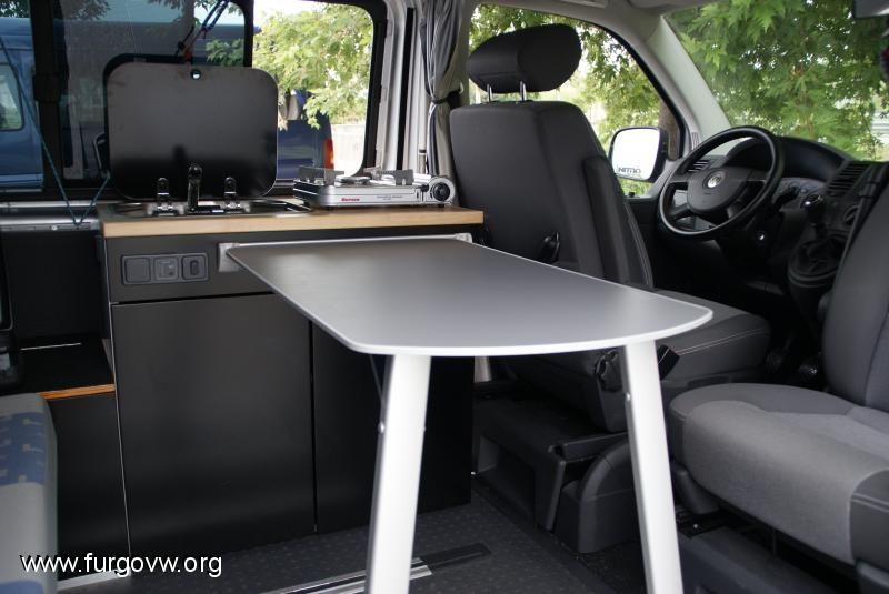 ideas para camperizar una furgoneta con muebles de cocina y estores