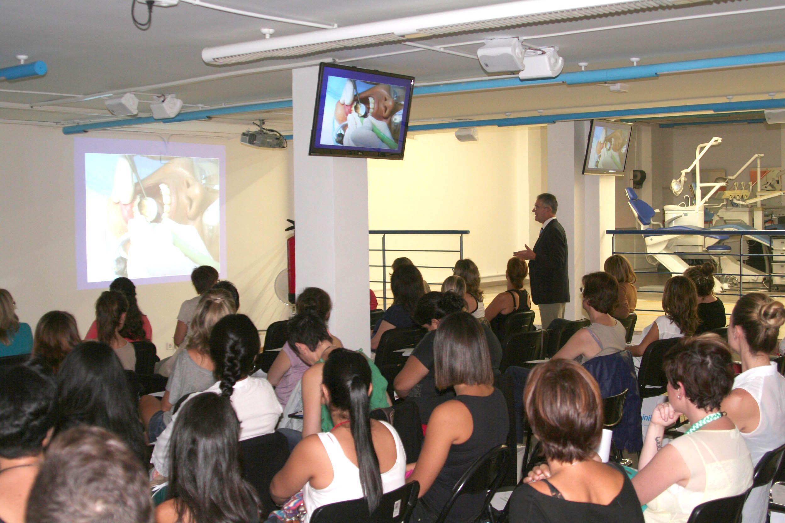 """¡Segunda parte del curso! Tras un breve descanso, el Dr. Vicente Lozano sigue impartiendo el curso patrocinado por INIBSA """"Tratamiento de las infecciones cruzadas en la clínica odontológica""""."""