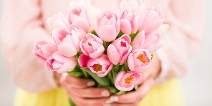Niets mooiers dan een verse bos tulpen op de keukentafel, in de woonkamer of op de vensterbank. Nu het tulpenseizoen weer opbloeit, zijn ze gelukkig in alle kleuren te krijgen. Alleen jammer dat ze vaak na een paar dagen in een vaas al hun kopjes laten hangen... Dankzij dit simpele trucje blijven je bloemen mooi…
