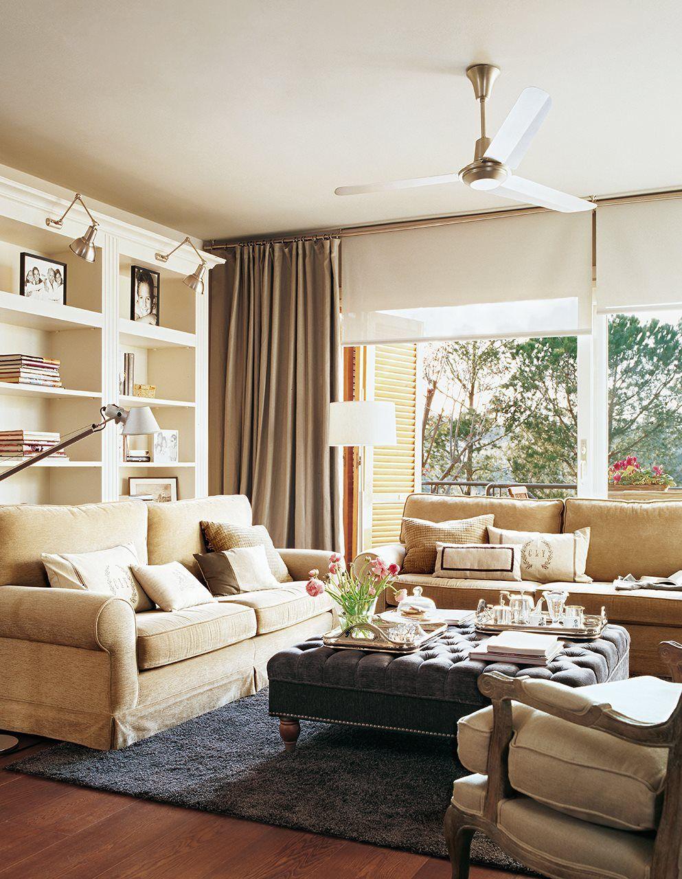 Sal n con grandes ventanas sof s en beige librer a - Librerias de salon ...