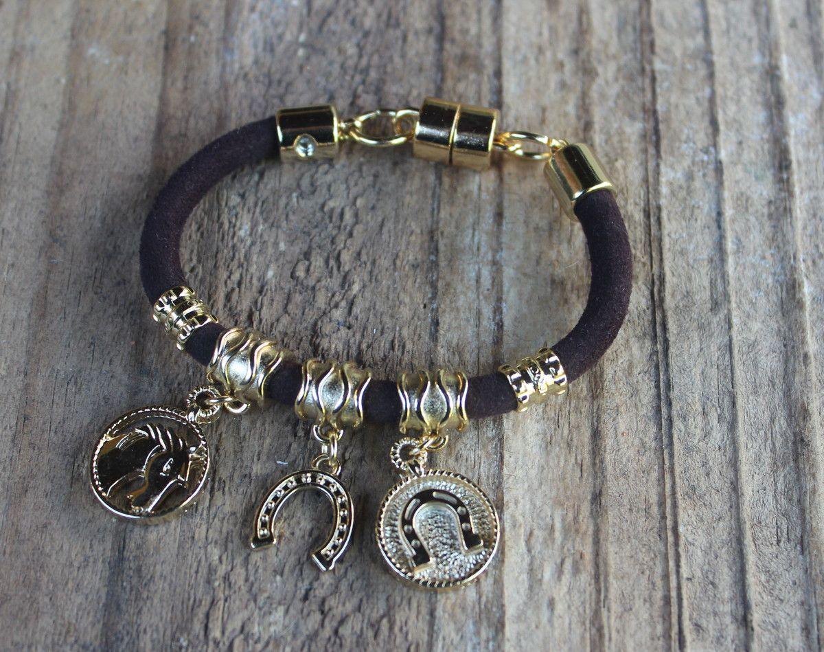 9dd996f470087 Pulseira feita de fio de couro legítimo e com pingentes com motivos country  (cavalo e