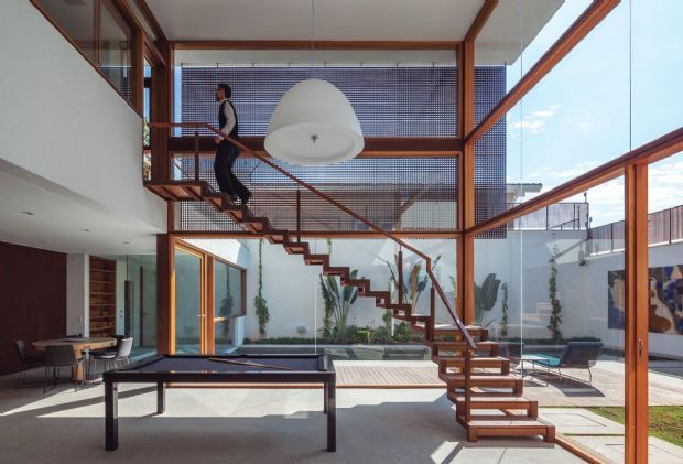 Casa em quatro níveis tem volumes escalonados e mistura de materiais. Projeto de Reinach Mendonça em São Paulo | aU - Arquitetura e Urbanismo