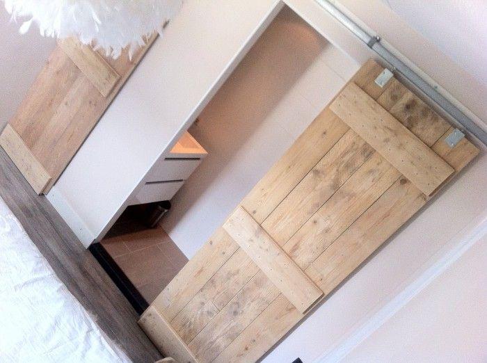Onze slaapkamer met steigerhouten schuifdeuren naar de badkamer en kast home pinterest - Schuifdeur deur ...