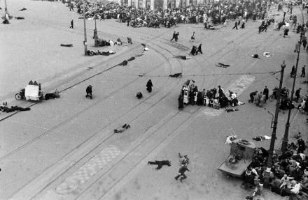 On 7 May 1945, two days after the capitulation, the German surrender was celebrated in Dam Square. German soldiers, left behind, opened fire on the partying crowd from the roof of the Groote Club. 22 people were killed and 120 injured. Bystanders take cover behind a barrel organ.