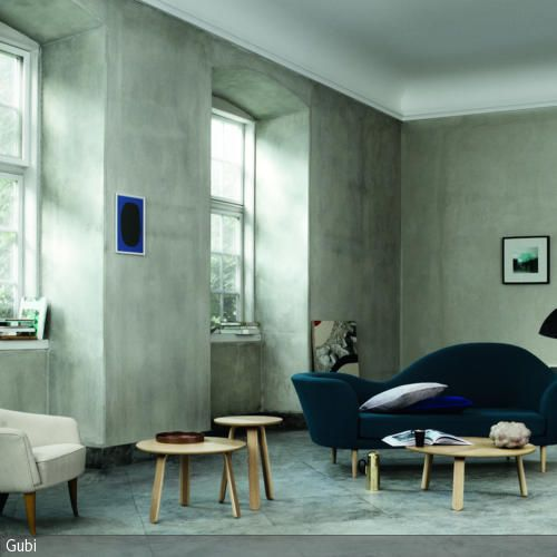 Das blaue Designer-Sofa und der Ohrensessel bilden gemütliche Rückzugsorte in…