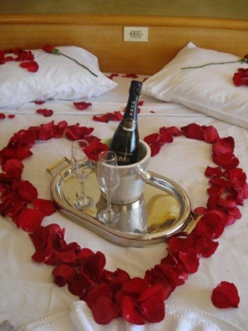 Décoration De St Valentin Aux Fleurs Et Aux Fruits Petale De - Romantiques idees de decoration de chambre pour saint valentin