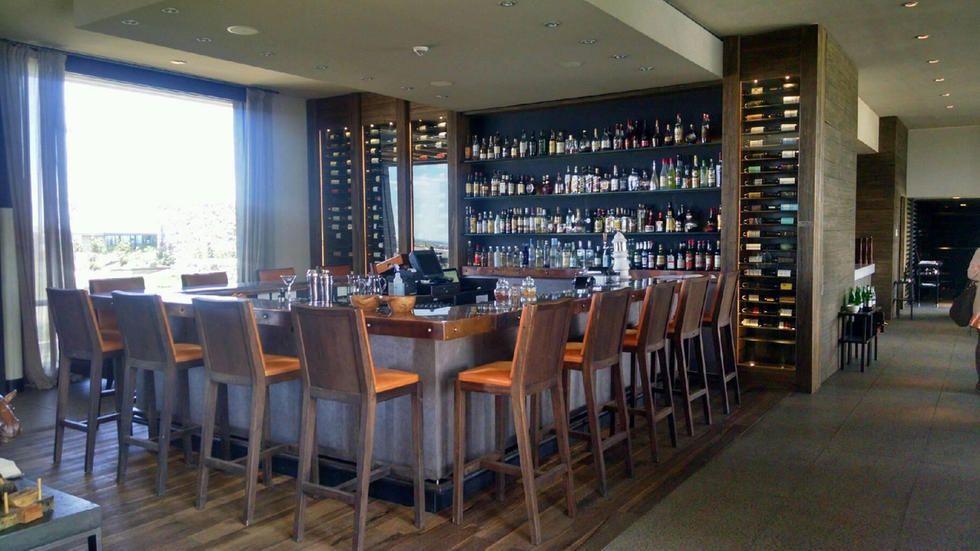 ¿Sabías vos que uno de los 33 mejores hoteles nuevos del mundo está en la provincia de Mendoza? En la localidad de Los Sauces, al oeste de Argentina, se encuentra el The Vines Resort and Spa. Todo el concepto se basa en el placer alrededor de la cultura del vino en Argentina: se encuentra ubicado entre 670 hectáreas de viñedos privados, en la zona vinícola del Valle de Uco de Mendoza. Su estilo es de elegancia rústica ya que el edificio está hecho a base de piedras y maderas autóctonas que…