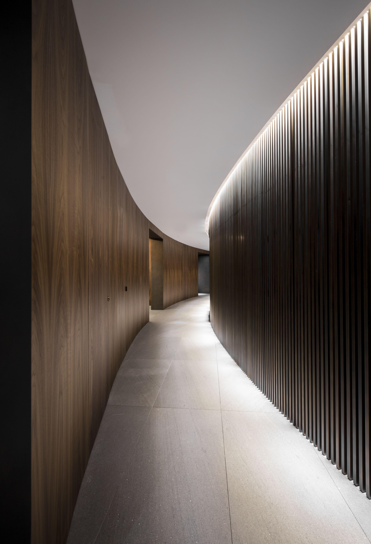 Curved Corridor With Wood Panelled Walls White Ceiling And Flushing Light Livingroom Decoracion De Interiores Minimalista Paneles De Pared Paneles De Madera