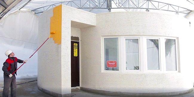 Mise en peinture de la maison imprimée en 3D ©Apis Cor Ecologie