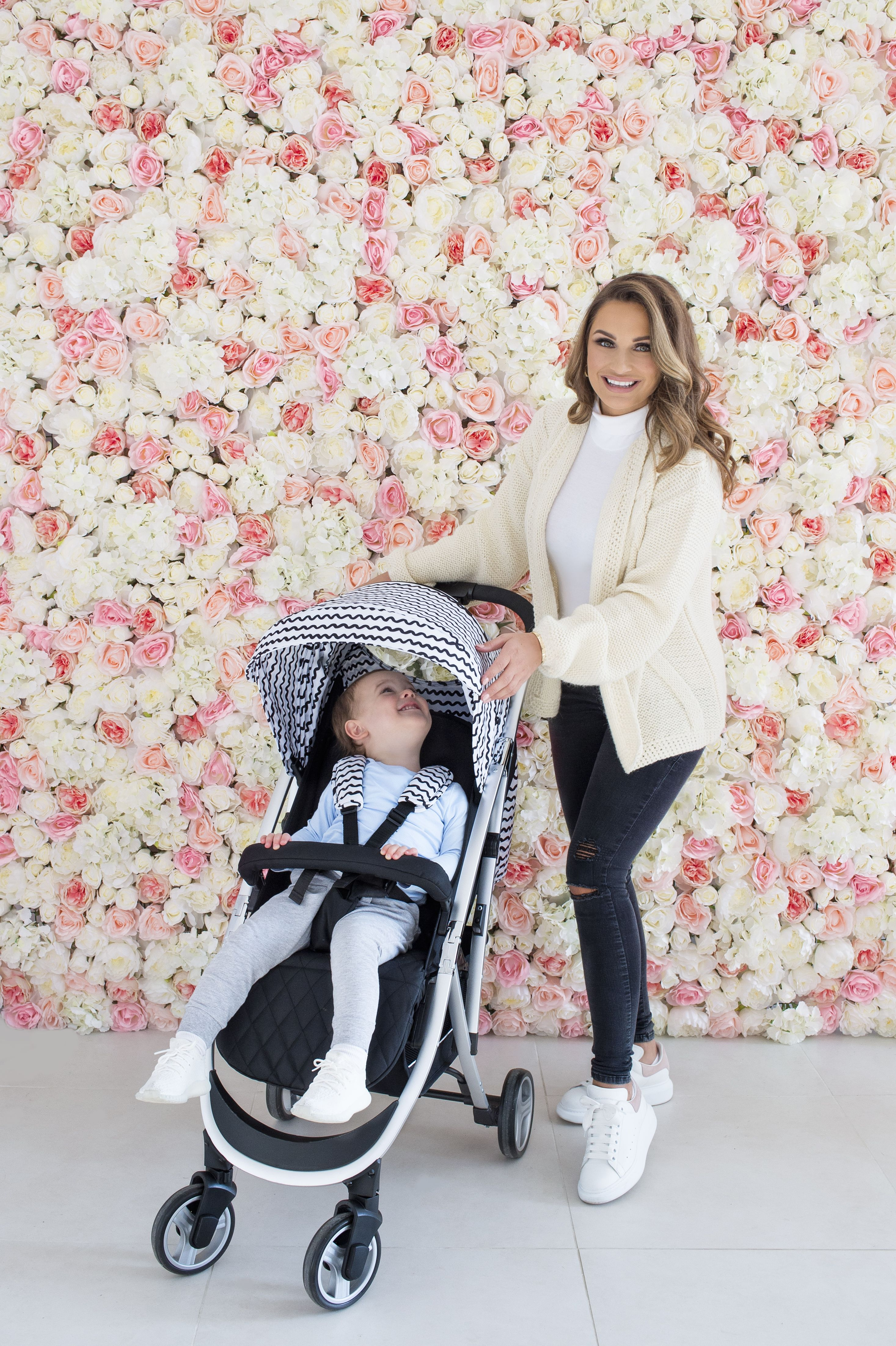 6eac8961a9c2 Meet the Dreamiie by Samantha Faiers MBX6 Black and White Wave Pushchair -  A lightweight, compact and stylish this model weighs just 7.5 kg!