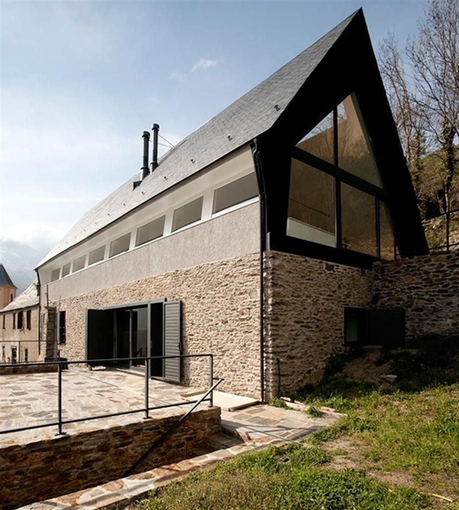 Futuristic house design modern design of futuristic for Modern gable roof house