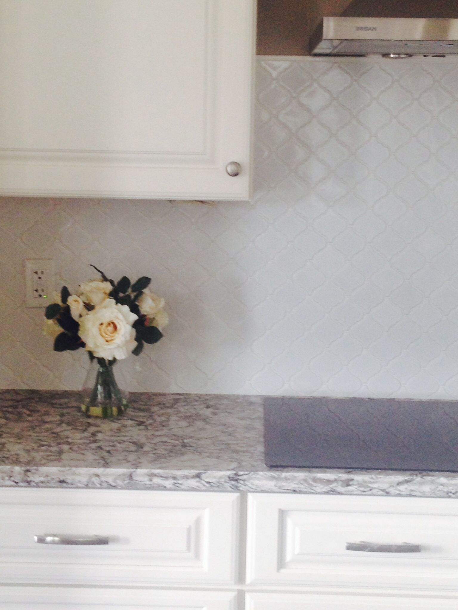 White arabesque lantern tile backsplash our new home for Arabesque tile backsplash