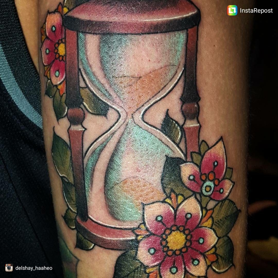 hour Glass tattoo done by @delshayhaaheo