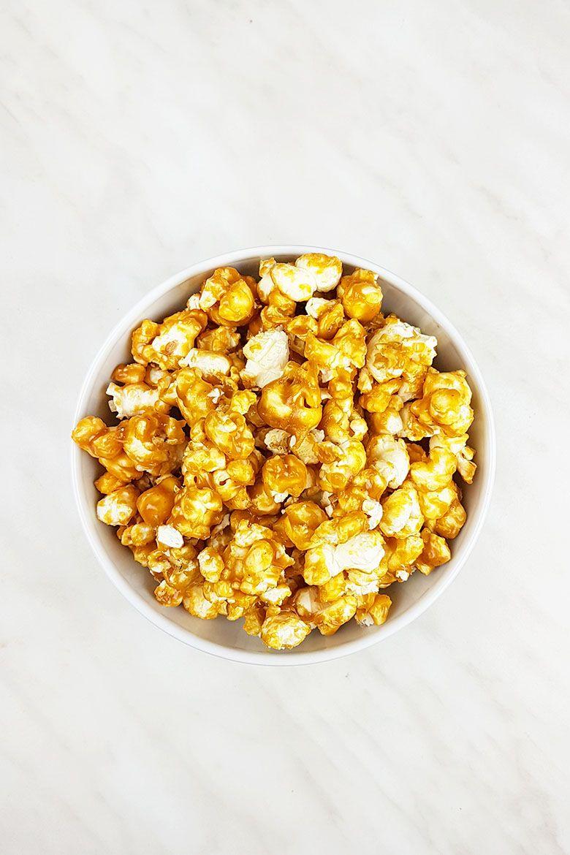 Knuspriges Karamell-Erdnussbutter-Popcorn {vegan}