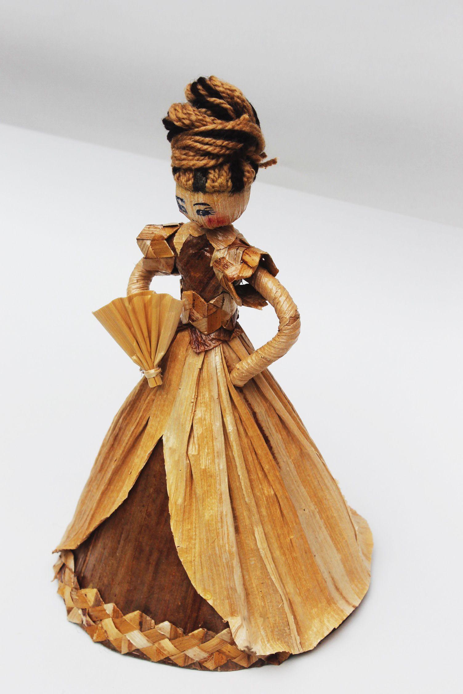 Dolls hand made. Dama con abanico.Pequeña escultura en calceta de plátano. Estructura en alambre. Artesanía.
