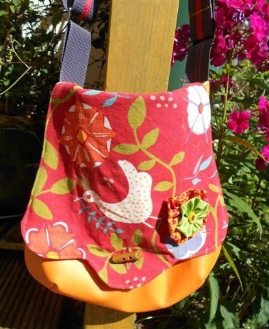 Diese Tasche nach dem Schnittmuster von Gretelies ist aus strapazierfähigem Lederimitat, gefüttert mit grünem Baumwollstoff. Die Klappe besteht innen