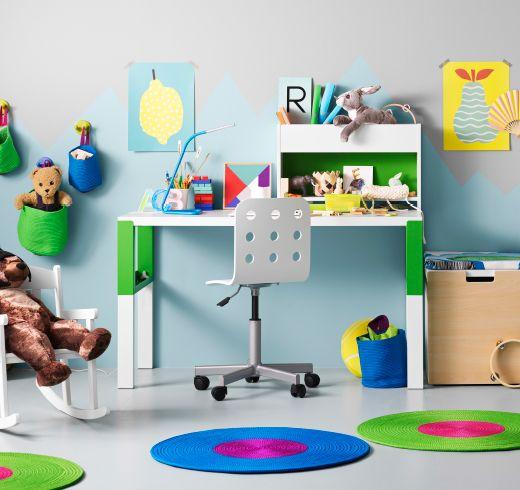Ein Kinderzimmer mit PÅHL Schreibtisch mit Aufsatz in Weiß/Grün, der ...