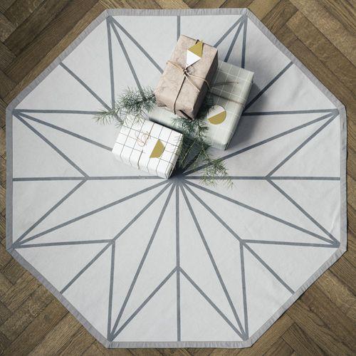 voici un joli tapis pour sapin de no l sign ferm living. Black Bedroom Furniture Sets. Home Design Ideas