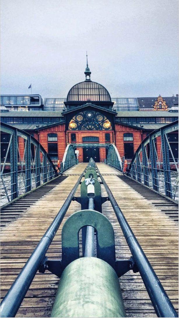 Eine maritimeFoto-Tour, der Dich an die19 fotogensten Ortezwischen dem HamburgerBaumwallund den Kapitänshäusern vonÖvelgönnelotst. Denn dort, wo die Wellen ans Ufer klatschen und die Möwen kreischen, woContainerschiffedie Sicht kreuzen,Kräneleuchten und dasFischbrötchenewig lockt, ist Hamburg einfach am schönsten… #reiseführer #Foto-Guide #fotospots #favoriteplaces