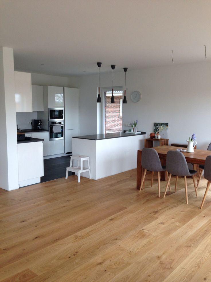 Offene Küche mit Insel weiß grau in Kombi mit Eichenboden und etwas - wohnzimmer dekoration grau