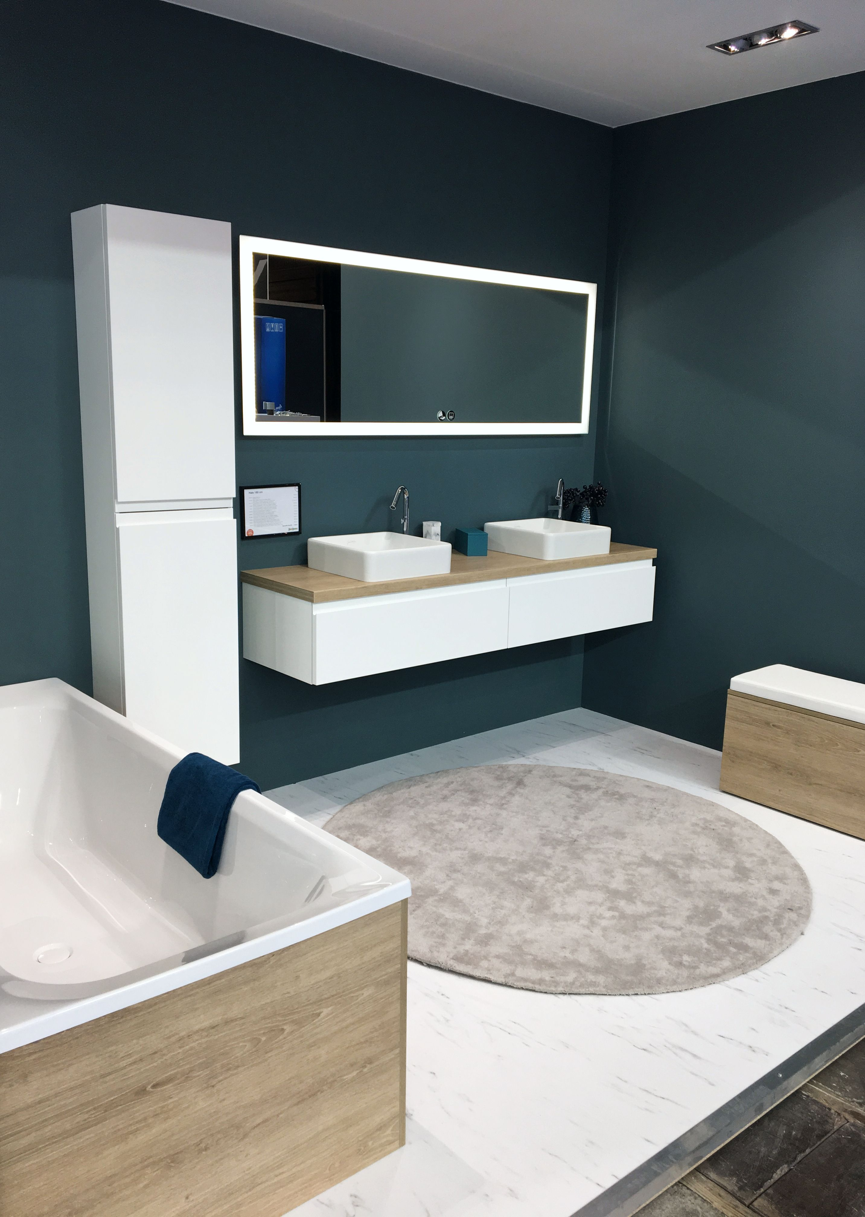 salle de bain blanc et bleu canard