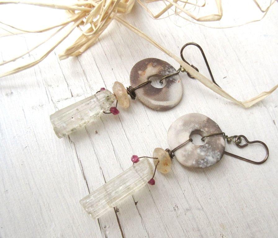 L 'Aube Ouvre Ses Ailes ...... : Des boucles d'oreilles minimalistes et réalisées à partir de perles de scapolite, petite tourmaline, : Boucles d'oreille par les-reves-de-minsy