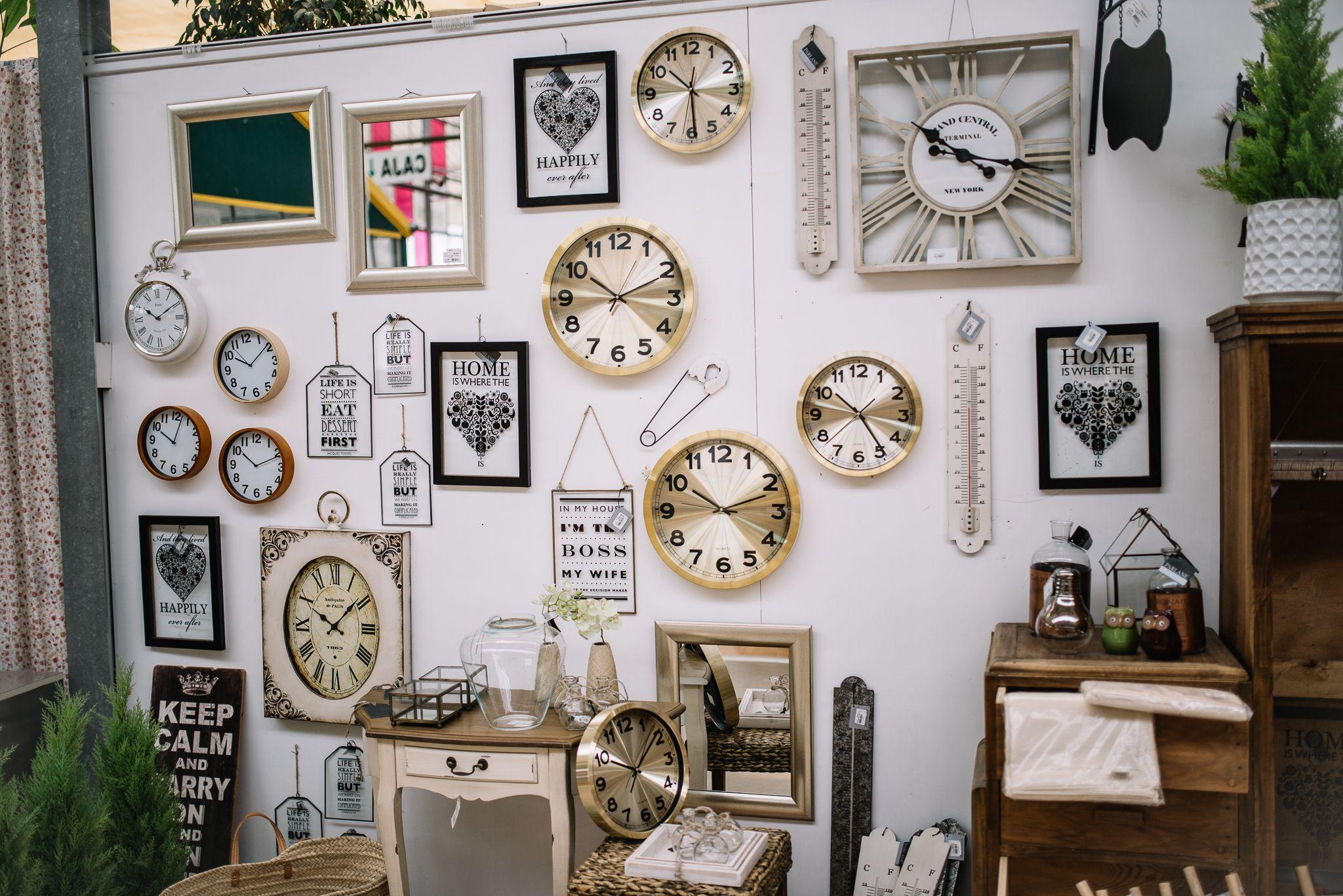 Relojes vintage y mueble auxiliar en Viveros la Mezquita ...