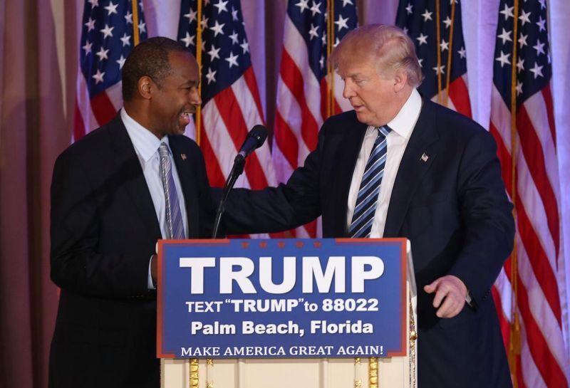 Trump receives Carson's endorsement at the Mar-A-Lago Club in Palm Beach, Fla., last week. (Photo: Joe Raedle/Getty Images)