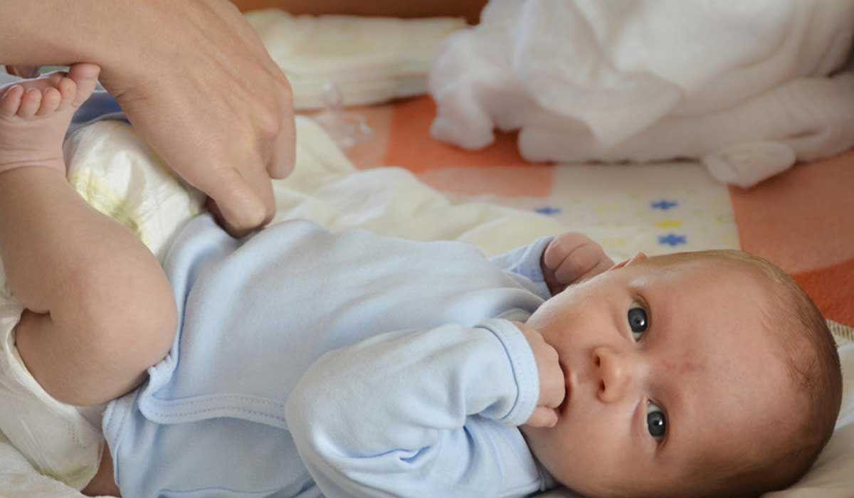 كيفية مراعاة الطفل حديث الولادة In 2020 Baby Pooping Baby Diapers Newborn Baby Eyes