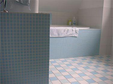 Badkamer met een prachtige combinatie van blauwe tinten. vloertegels