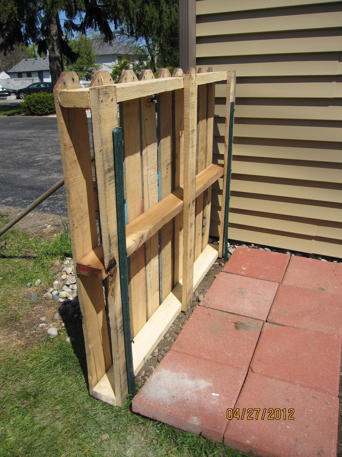 Pallet fence projects serendipity and sunshine trash to treasure pallet fence project - Faire une cloture en palette ...