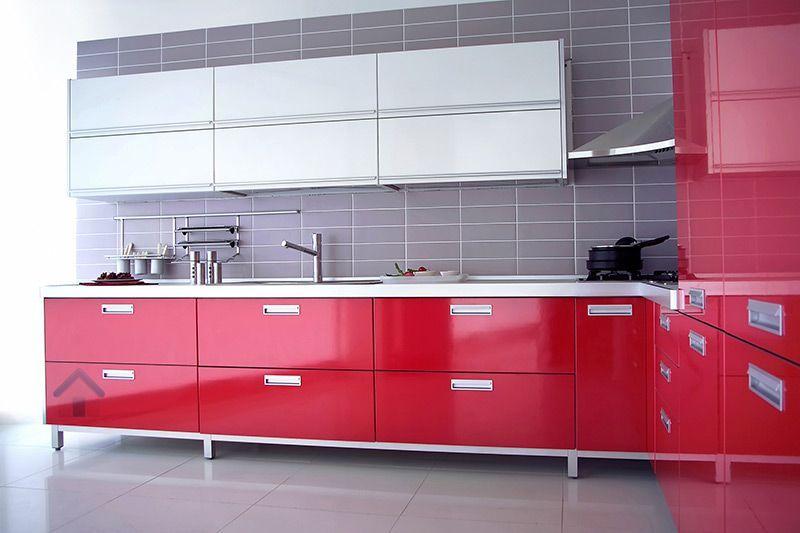 Cuisine-Rouge-Grise-Armoires-Rouges-Blanches-Credence-Carreaux-Gris