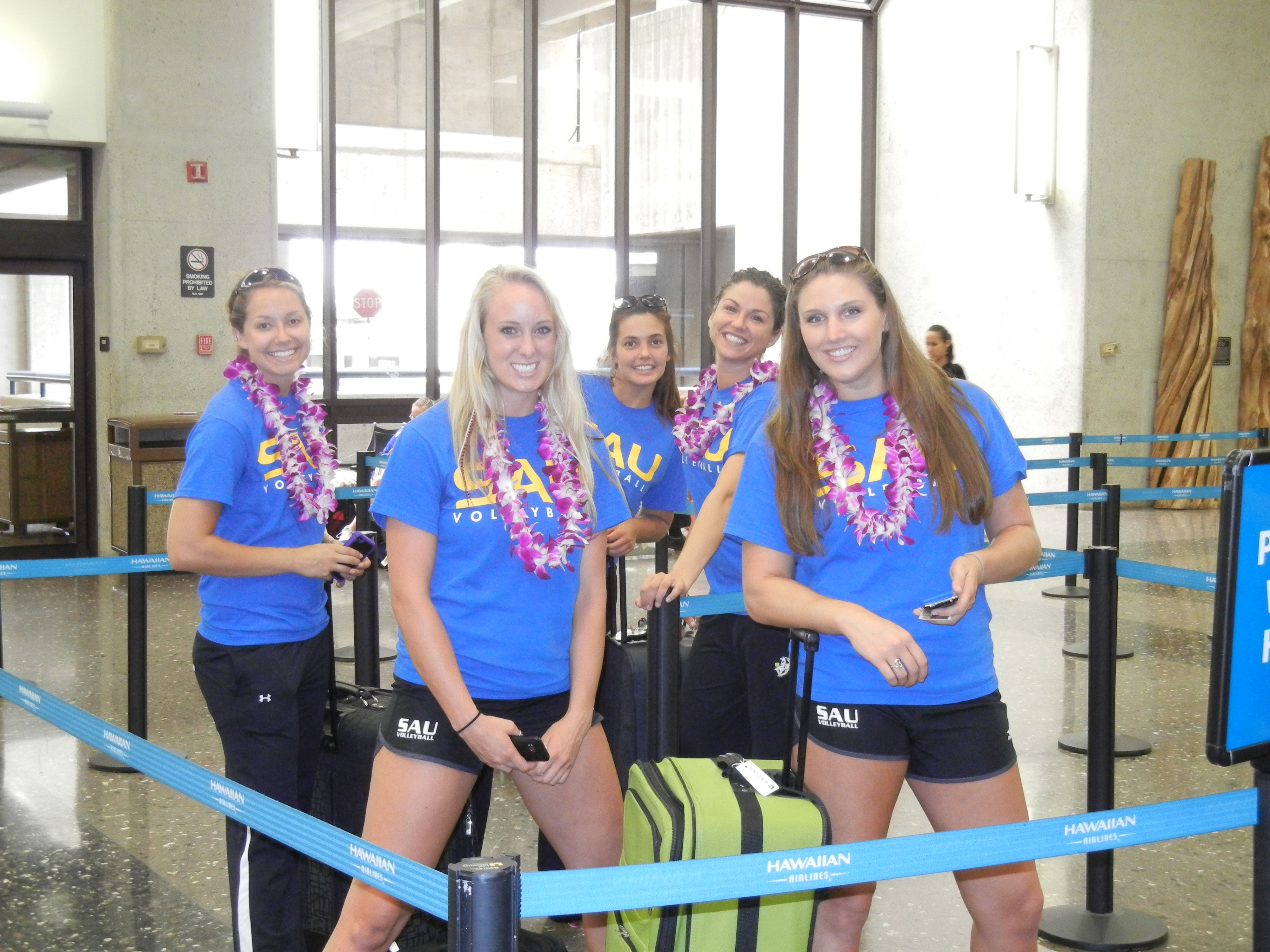 Sau Players With Their New Leis In Hawaii With Images Volleyball Pictures