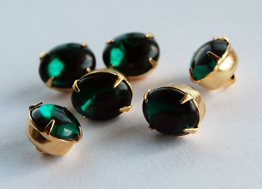 VINTAGE 6 EMERALD GREEN GLASS OVAL BUTTON GOLD TONE PRONG SETTING 8 by 10