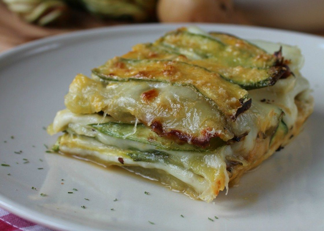 La parmigiana bianca di zucchine e patate è un variante super gustosa e filante della più classica parmigiana di melanzane che tutti o quasi conoscono